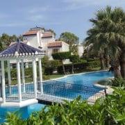 Сдается в аренду роскошное бунгало на нижнем этаже, рассчитанное на проживание 4-6 человек. Дом располагается в 200 м от пляжа Ла Мата (Торревьеха).