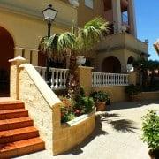 Комфортабельные апартаменты для отдыха в 100 м от пляжа Лос Локос в Торревьехе (провинция Аликанте).