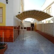 Бунгало с большим двором , с бассейном , в пешей доступности до моря и центра города