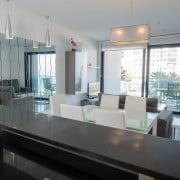 Апартаменты Sea Senses в Торревьеха-столовая-гостиная