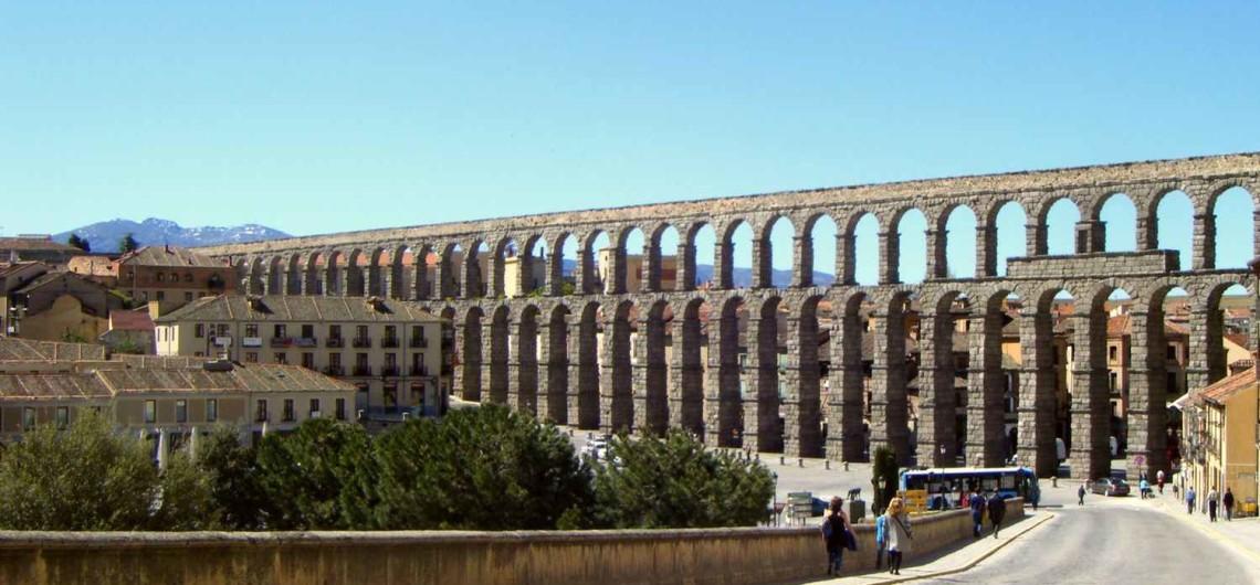 Акведук в Сеговии - наиболее хорошо сохранившийся древнеримский акведук в Западной Европе