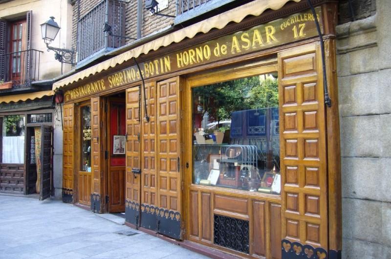 Всем известно отношение испанцев к гастрономическим мероприятиям, для них прием пищи под бокальчик вина, в кругу друзей – это целое культурное событие, часть их культуры и образа жизни. Поэтому испанская столица пример этому, в ней насчитывается более 18000 гастрономических заведений, где вы можете покушать, выпить вкусного пива или ароматного вина. Размещены они в Мадриде, если так можно сказать, неравномерно. В некоторых местах одно заведение расположено в соседстве еще с несколькими, а в некоторых местах придется еще поискать такие места. Самая большая концентрация баров, кафе и ресторанов в столице Испании расположена в Центре (3091 заведений), Саламанке (1358 заведений) и Чамбери (1329 заведений). Меньше всего подобных заведений в Барахасе (359 заведений), Мораталасе (248 заведений) и Викальваро (198 заведений). Данный анализ и подсчет производится ежемесячно мэрией Мадрида. В нем ведется учет всех баров, ресторанов, фастфудов, пабов, таверн, кафетериев и даже подобных заведений, временно не работающих, а закрытых на ремонт. Все эти гастрономические заведения отмечаются на карте. Не учитываются только школьные столовые, столовые в лечебных заведениях и домах для людей пожилого возраста. Исходя из последних подсчетов лидером по плотности расположения гастрономических заведений является улица Cava Baja. На данной улице всего на расстоянии трехсот двадцати метров расположено пятьдесят три гастрономических заведения. По количеству заведений на улице, лидирует улица Alcalá на которой расположено 200 заведений, за ней идет улица Bravo Murillo со 128 заведениями и улица Paseo de la Castellana со 124 заведениями. Остальные улицы не имеют больше сотни гастрономических заведений на своей территории. Если вы хотите совершить гастро-тур по гастрономическим заведениям Мадрида, компания «Торревьеха Тур» поможет вам организовать его. Кроме этого на маркетплейсе «Торревьеха Тур» вы сможете подобрать себе жилье (апартаменты, виллы, таунхаусы, бунгало) для отдыха и проживания.