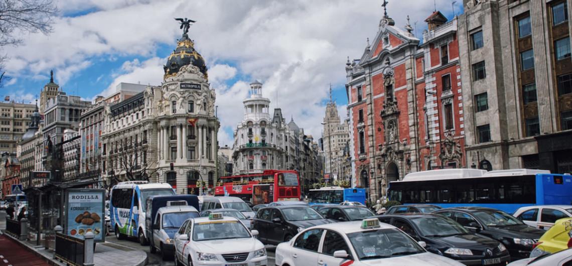 С 24 апреля в столице Испании вводится в действие норма, по которой каждый владелец авто должен пометить свое транспортное средство специальной наклейкой, которая будет показывать уровень экологичности автомобиля. Вводятся в действия нормы закона о защите окружающей среды от загрязнения от автотранспорта, принятого полгода назад. Наклейки должны быть наклеены на видном месте. Данное постановление не распространяется на автомобили с бензиновыми двигателями и мотоциклы до 2000 года регистрации и на дизельный транспорт зарегистрированный ранее 2006 года. Если наклейку не будет видно, за это владелец транспортного средства может получить штраф 100 евро. Наклейки будут четырех видов, в зависимости от уровня загрязняющих веществ в выхлопе. Маркировка будет такая: - отсутствие выбросов - это голубая этикетка: для электрических и гибридных автомобилей с возможностью подзарядки. - ECO, наклейка зелено-голубого цвета: гибридные машины без возможности подзарядки. - С, зеленая наклейка для машин и малого грузового транспорта с бензиновым двигателем, с регистрацией после 2006 года, а также для дизельных, с регистрацией после 2014 года. - В, желтая: для машин с бензиновым двигателем с 2000 по 2006 и машин с дизельным двигателем с 2006 по 2014 годы. Данные нормы ограничивающие движение некоторых видов транспорта, вызвано ухудшившимся положением окружающей среды из-за вредных выхлопов в атмосферу. После проведенного анализа были разработаны данные нормы и теперь они уже начнут действовать. Ограничения коснутся многих автотранспортных средств. В центральную часть города тоже будет ограничен въезд машин загрязняющих окружающую среду, это машины которые не имеют наклеек и не относятся ни к какому выше из перечисленных типов машин. Те у кого еще нет наклейки, необходимо определить к какому классу относится их транспортное средство и приобрести соответствующую наклейку. Стоимость такой наклейки – 5 евро. Если вы путешествуете на автомобиле по Испании и решили посетить ее столицу, то поз